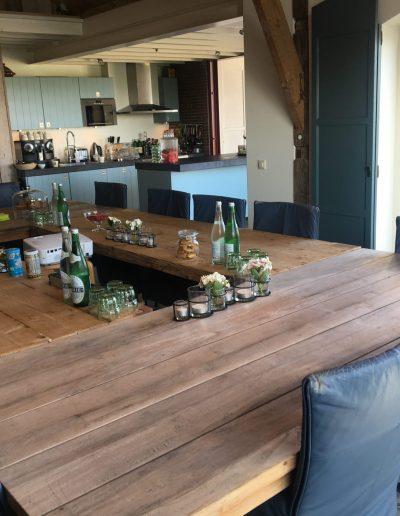 Plenaire vergaderruimte met doorkijkje naar de keuken