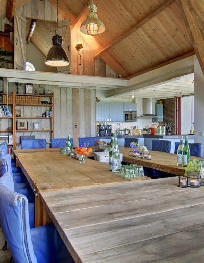 Plenaire ruimte met grote vergadertafel & comfortabele zetels