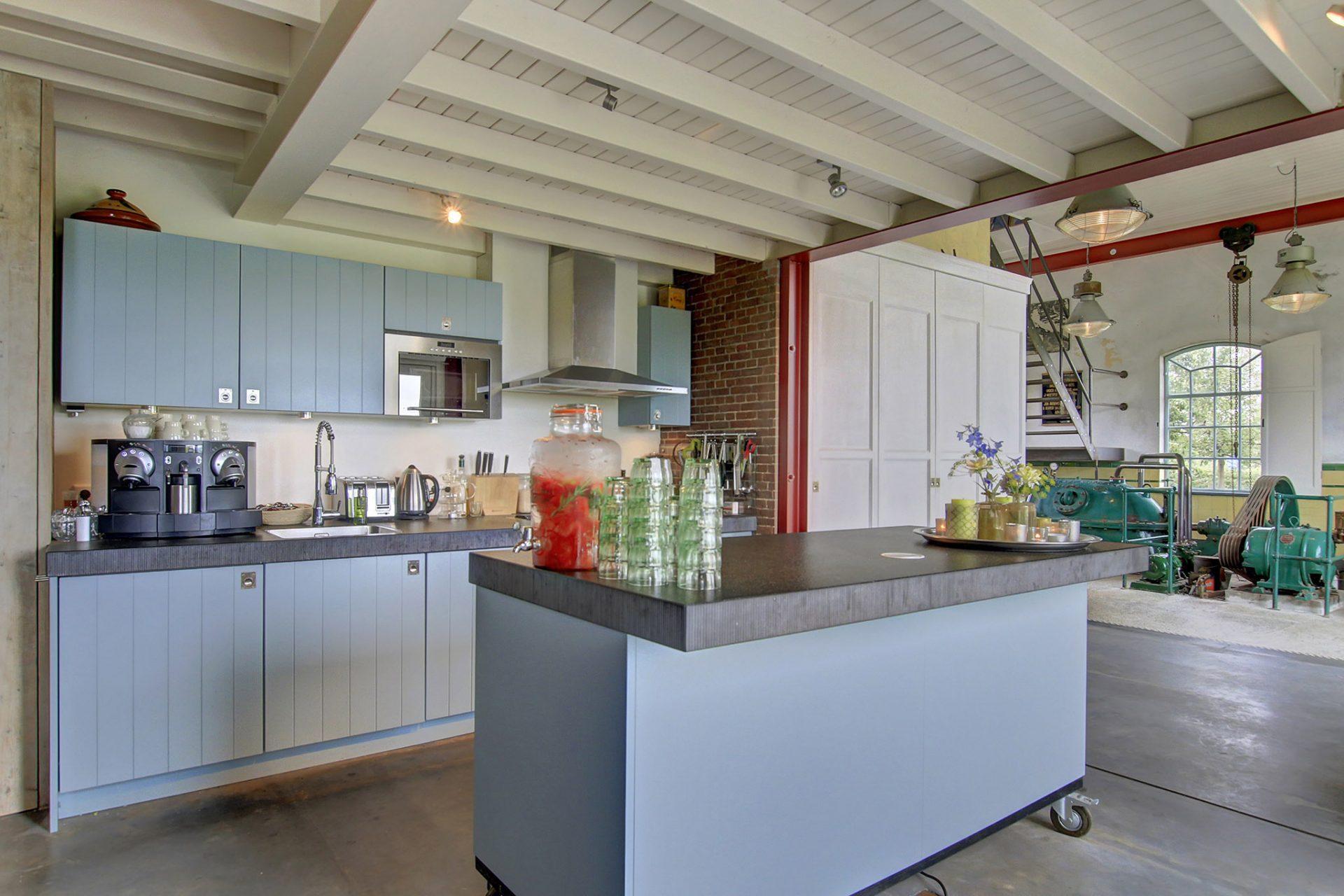 Kleinschalige vergaderlocatie met volledig ingerichte keuken - en kok op verzoek
